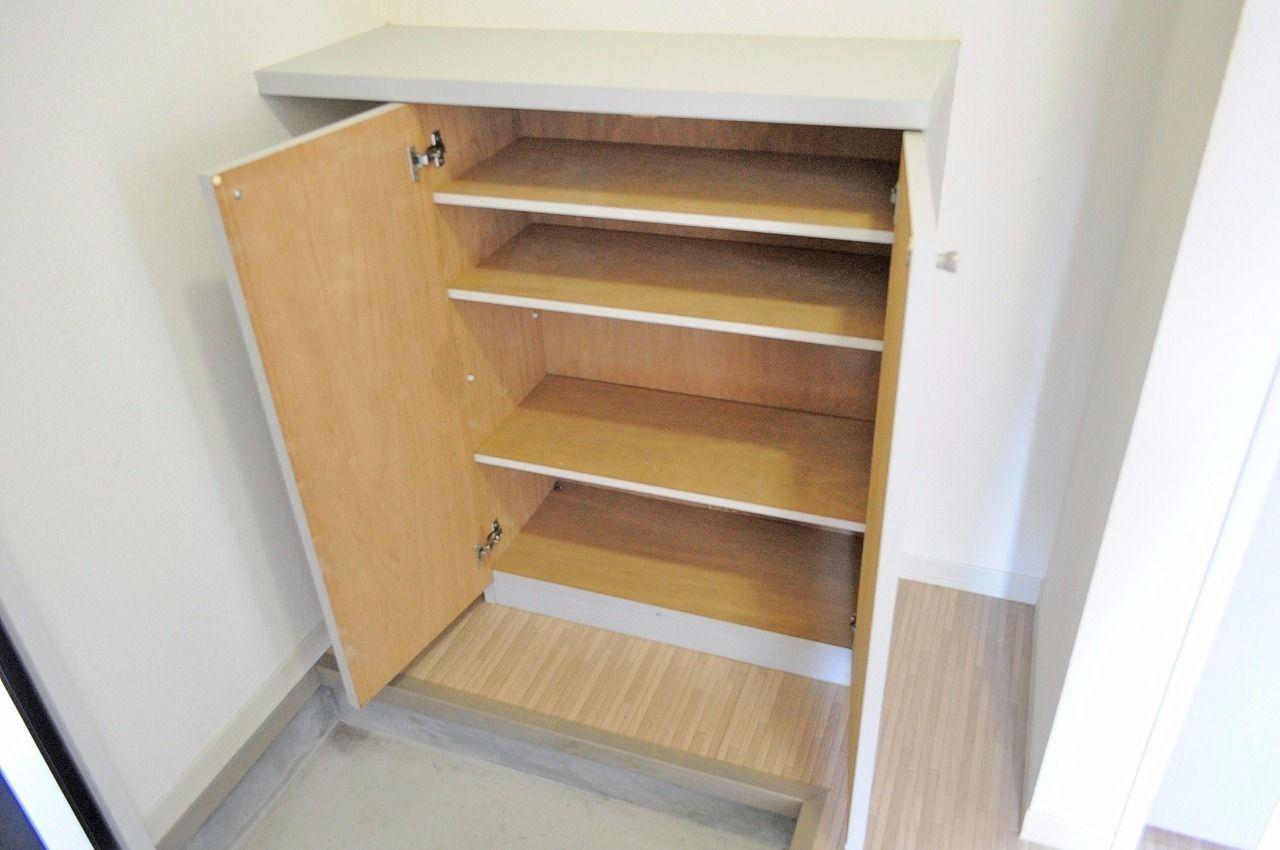 あると嬉しい設備!下駄箱がついています。玄関をすっきり整頓できますね。