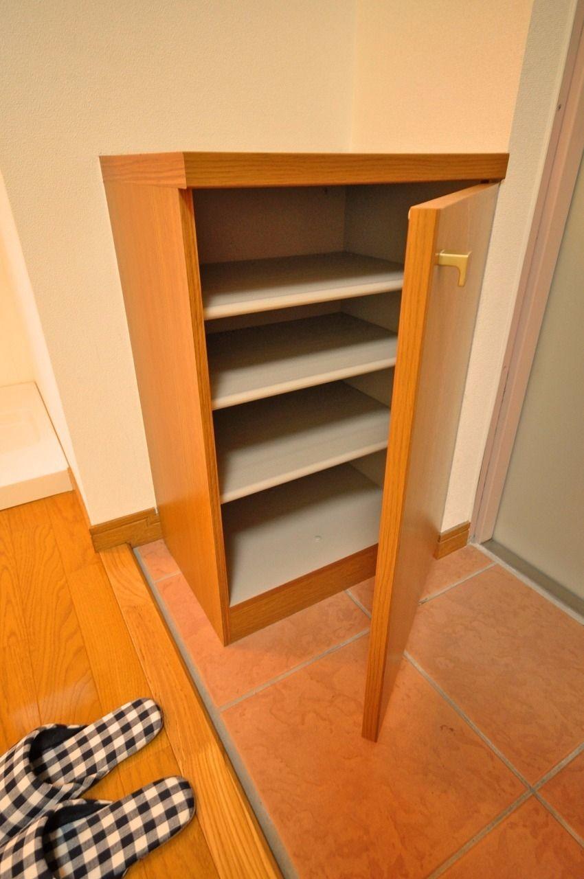 玄関には下駄箱が設置されています。あまり大きなものではないですが、一人暮らしには充分の収納力があります。