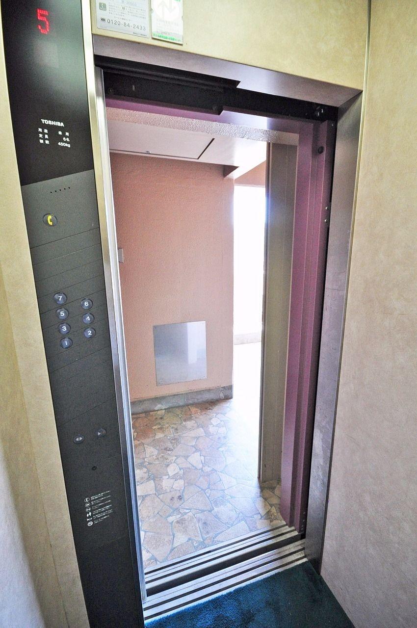 お部屋は3階なので階段で上り下りもできますが、買い物帰りなど荷物が多い時に助かる設備です。