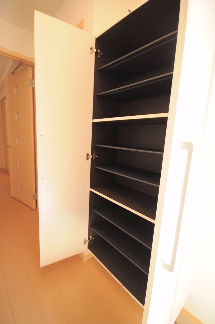 玄関には大容量の下駄箱が設置されています。姿見付きでお出かけ前のチェックも完璧!