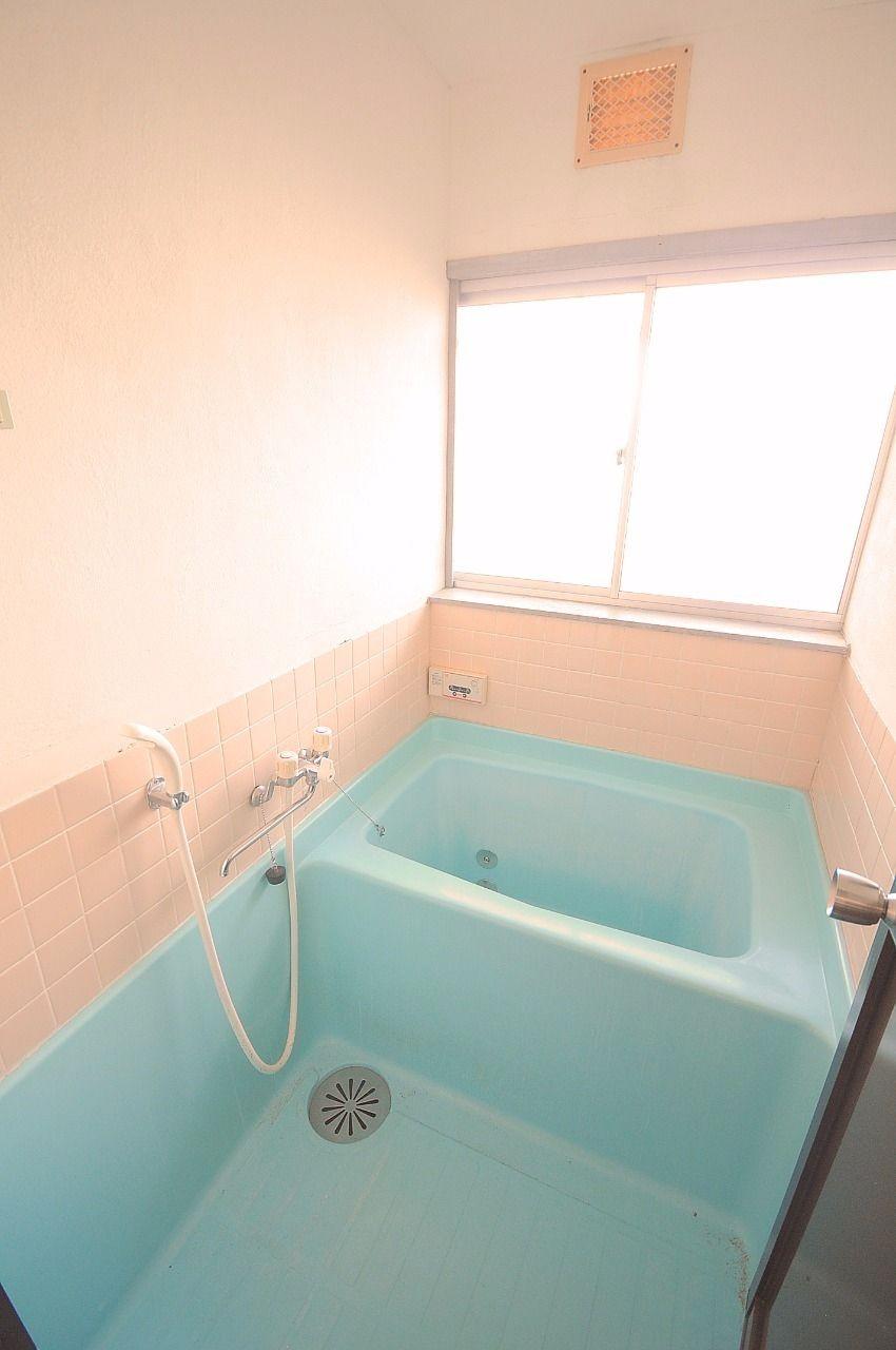 浴室は窓付きで明るい!換気も楽でカビが発生しにくくなります。