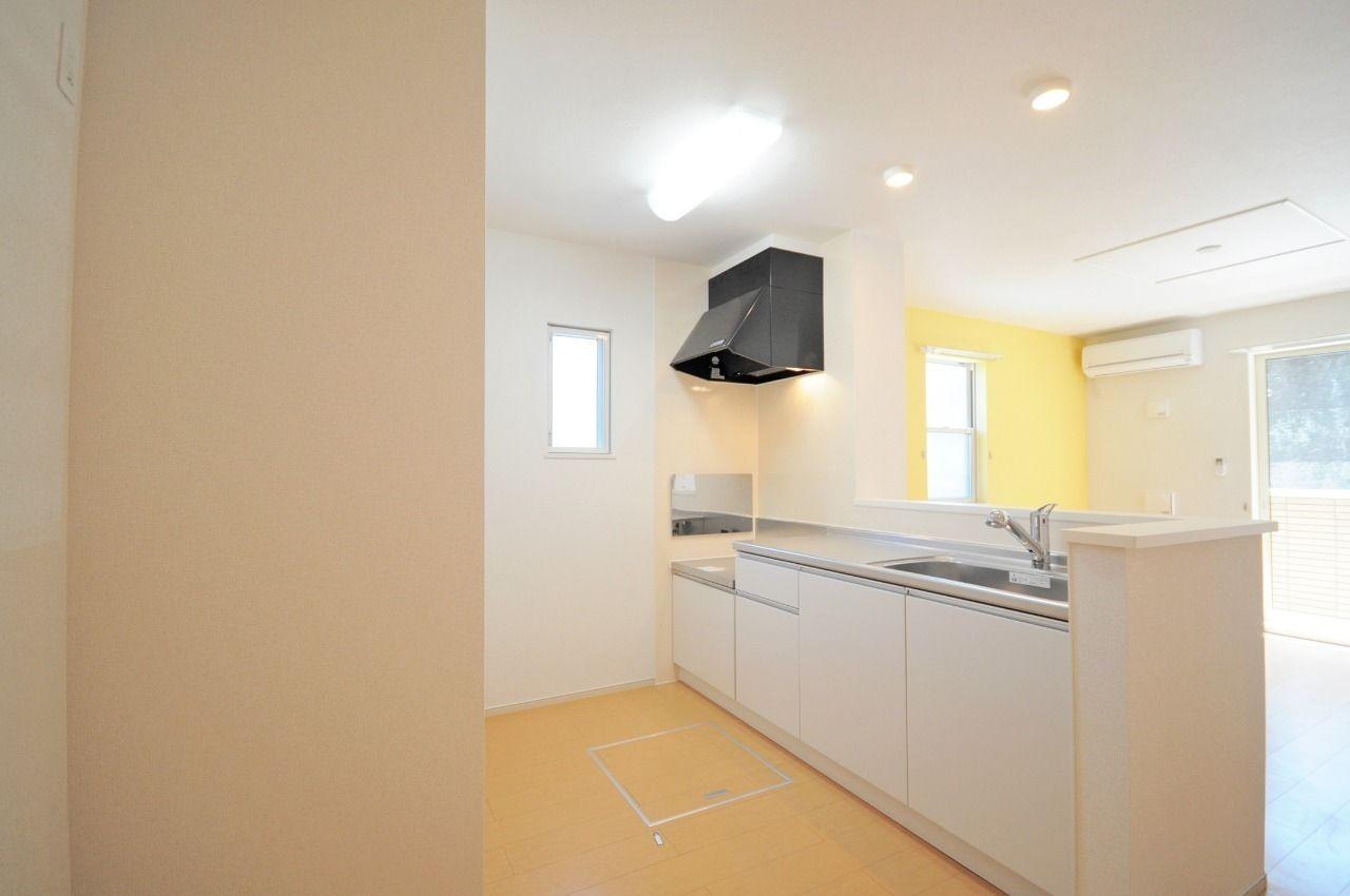 人気のカウンターキッチンです。後ろに冷蔵庫や食器棚を置けるので、キッチン周りがスッキリします。