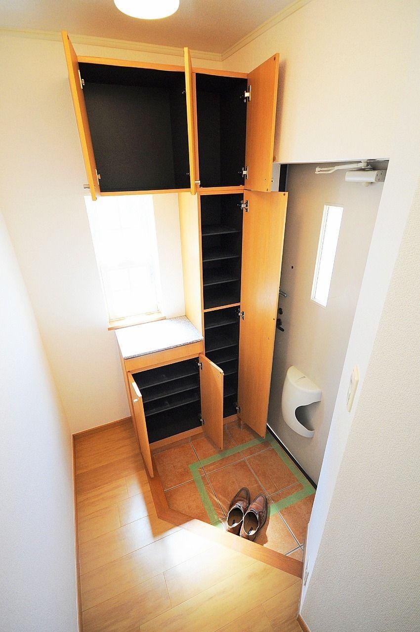 玄関にはたくさん収納できるシューズボックスがあります。小窓もあって、明るい玄関になっています。