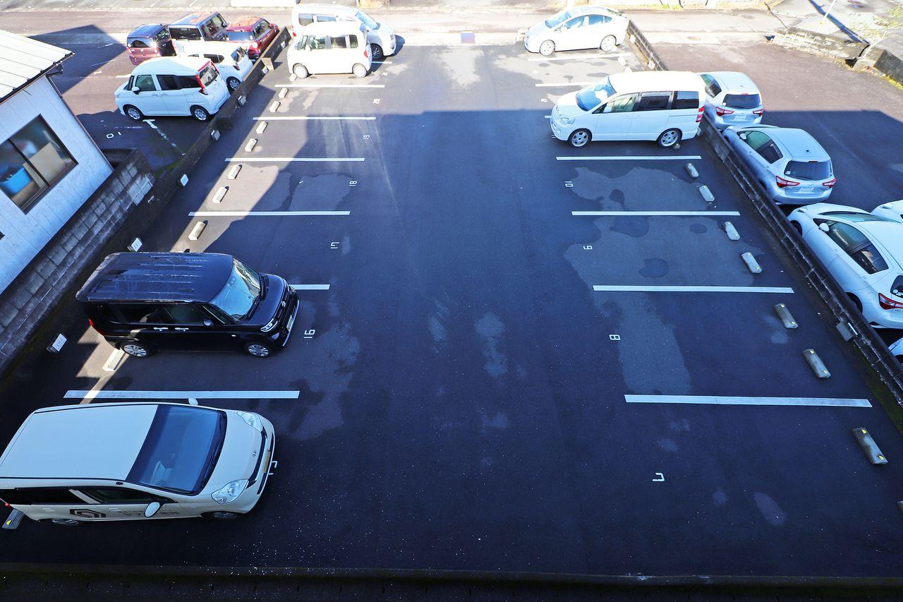 砂利引きの駐車場をアスファルト舗装にしました!ゆったりとしたスペースがあり、出し入れしやすくなりました!