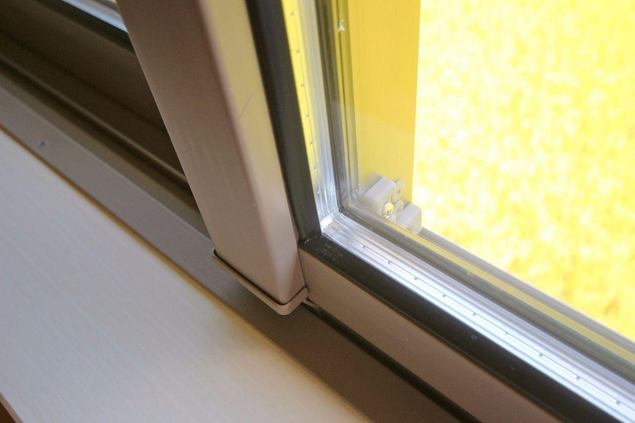 単層ガラスに比べると、大幅にエアコンの効きを良くしてくれるエコな窓。結露も起こしにくくなります!