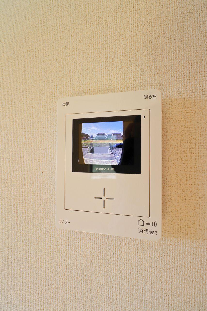 来訪者をカラー画像で確認できる安心感。そして、玄関が1階なので無駄足を防げるのも大きなポイント。