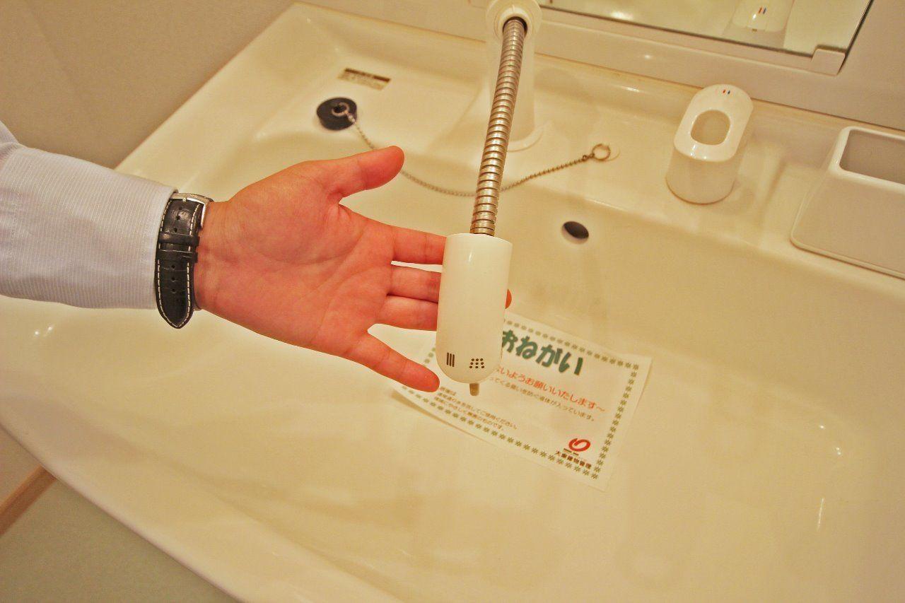 洗面台はハンドシャワー付き。寝ぐせも簡単に直せます。