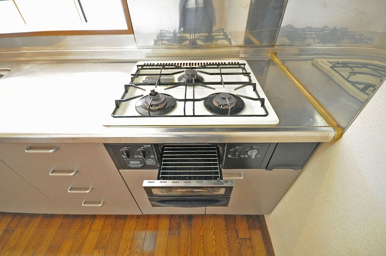 魚焼きグリルも付いたシステムキッチンです。ガスコンロが3口あって、並行調理もできます。