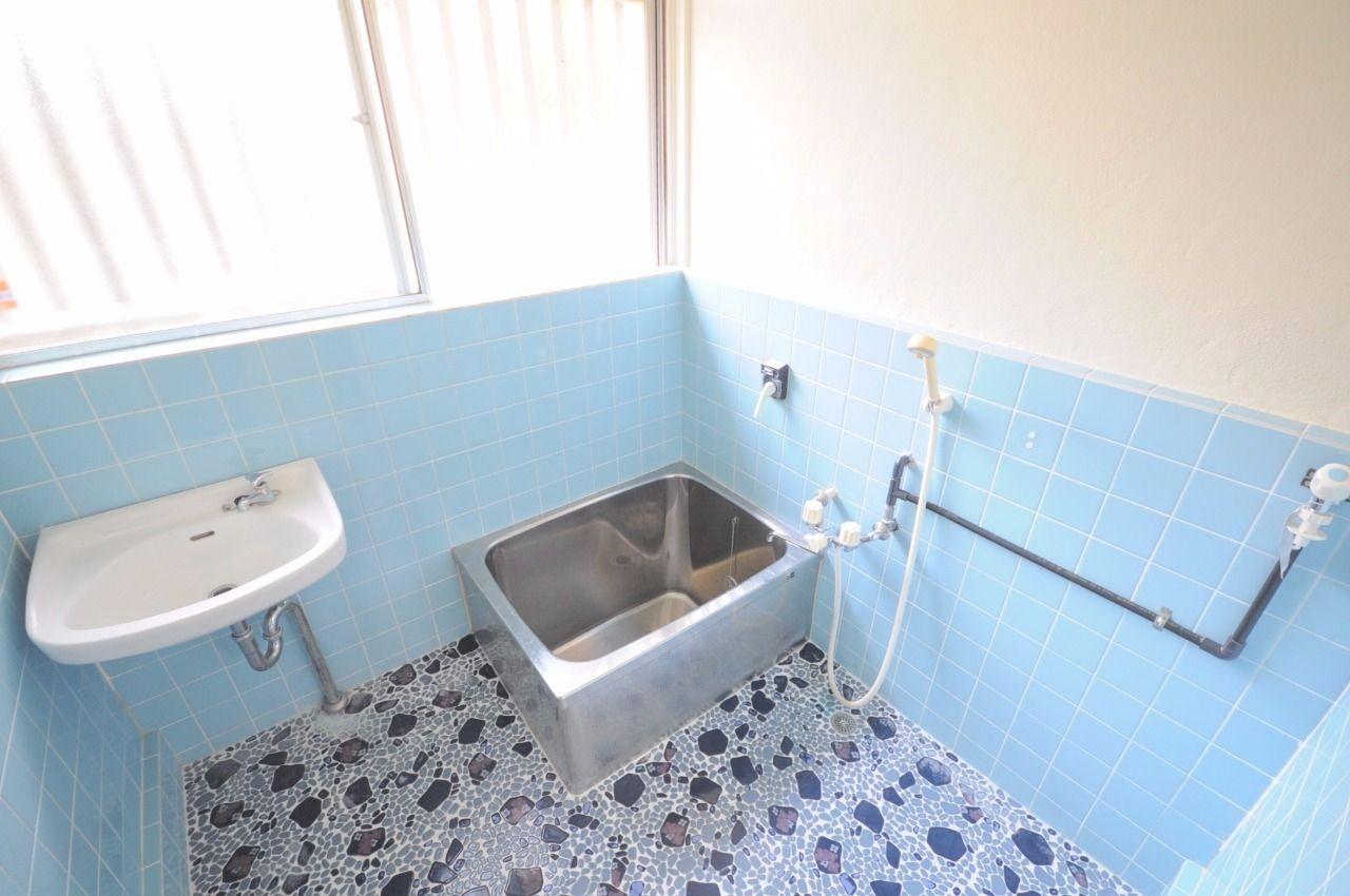 青を基調とした浴室は窓付きで明るく、換気もラクラク。