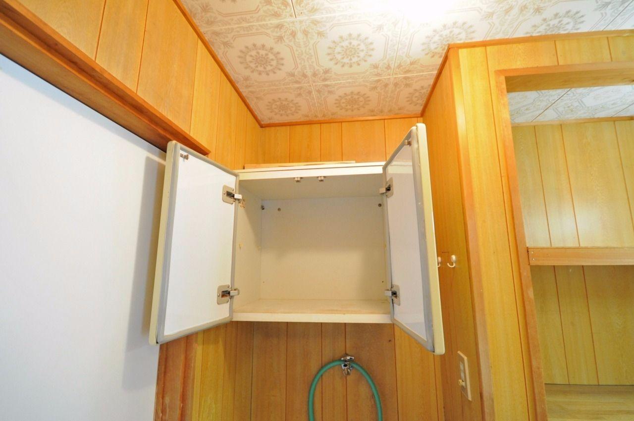 洗濯機置場の上に収納があり、洗剤やシャンプーのストックなどが置けます。洗面台の横にも棚があるので、そちらも是非ご利用下さい。