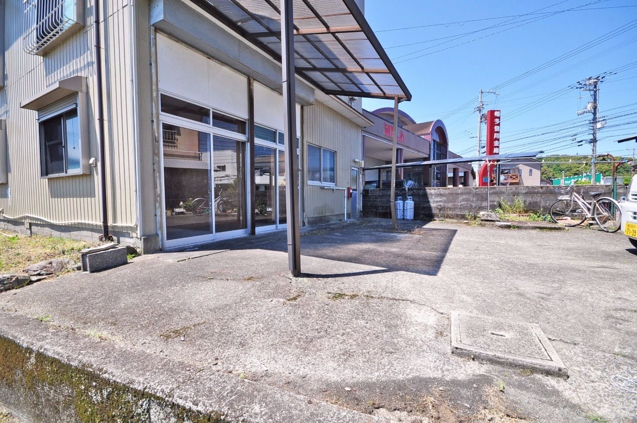 建物前が駐車スペースになります。車の出し入れはしづらいかもしれませんが、2台停められるスペースがあります。
