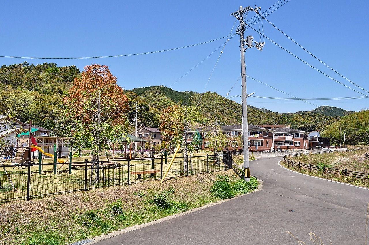 家の目の前には大きな公園があります。すべり台やシーソーなど遊具も充実しています。