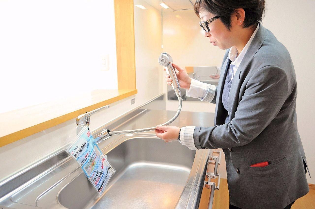 シャワー機能はシンクのお掃除や、お皿洗いも広範囲で洗い流せるのでとても便利!浄水器付きなのでおいしいお水でお料理できちゃいます♪(浄水器カートリッジは別途料金が必要です。)
