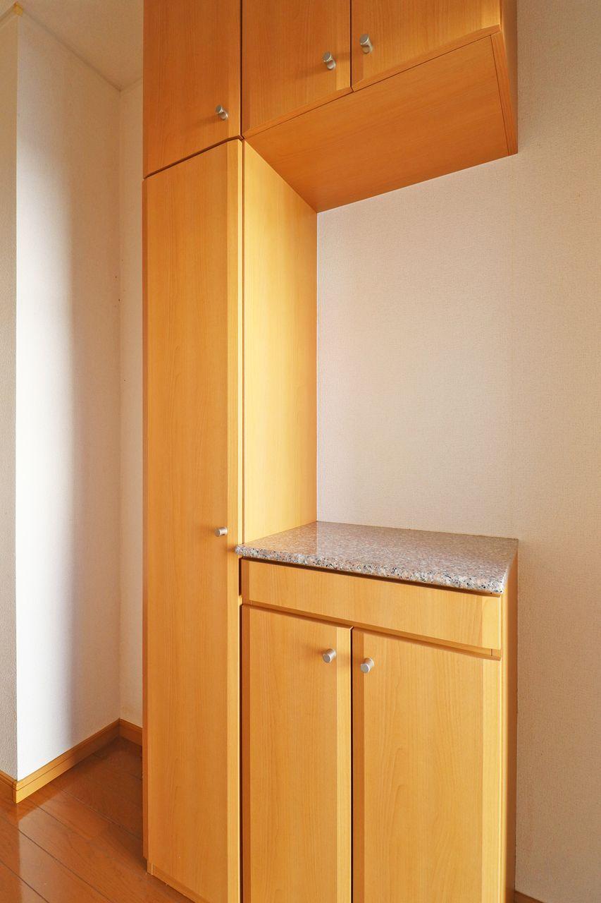 大きな下駄箱があり、たくさん靴があってもしっかり収納できます。棚部分には鍵や小物が置けます。