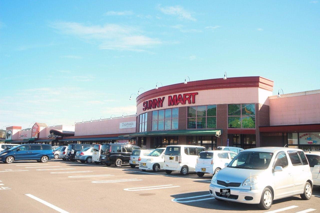 スーパーだけでなく、ホームセンターやドラッグストアも隣接していて便利な施設。徒歩9分の距離です。