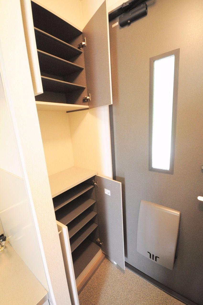 玄関には下駄箱が設置されています。上段と下段があり、一人暮らしには充分の収納力があります。