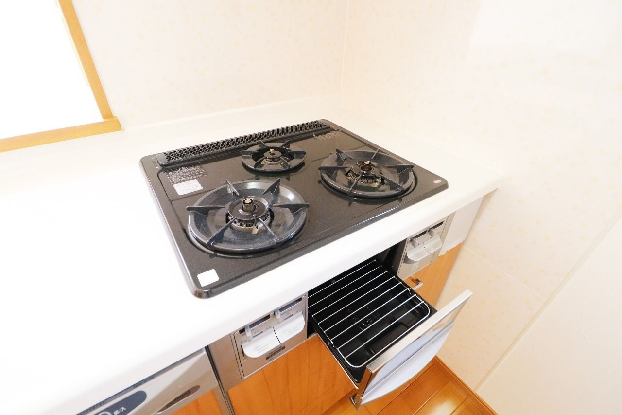 3口のガスコンロと、魚焼きグリルが付いています。調理しやすい環境で、料理の幅も広がります。
