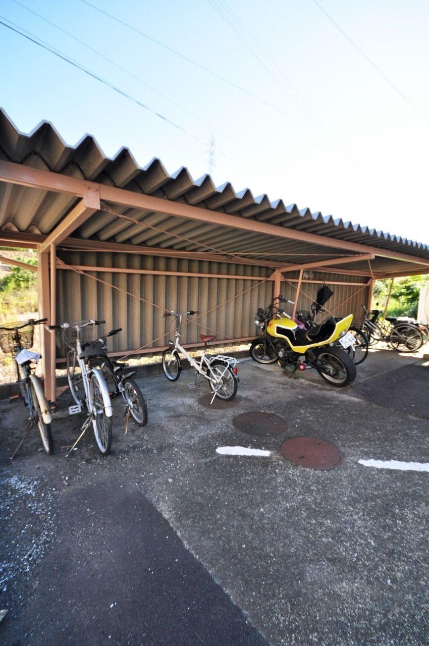 敷地内には駐輪場があるので、バイクや自転車を雨ざらしにせず保管できます。