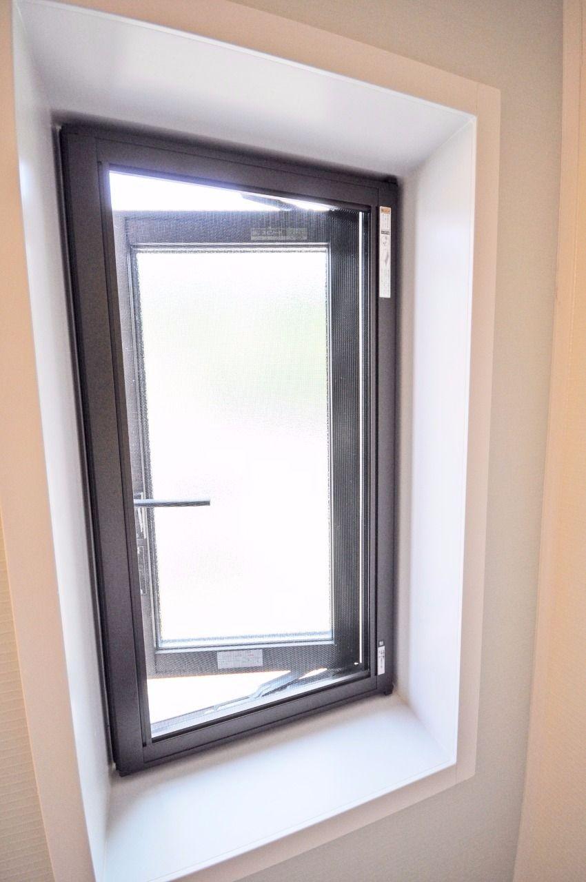 換気だけではなく、閉塞感を緩和してくれる浴室窓が付いています。