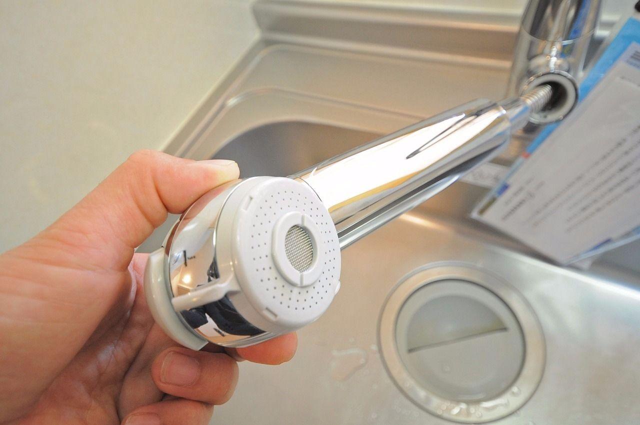 洗面台だけでなく、キッチンもシャワー式。シンクの掃除が容易ですし、別途カートリッジ購入が必要ですが、浄水器としても使用可能です。