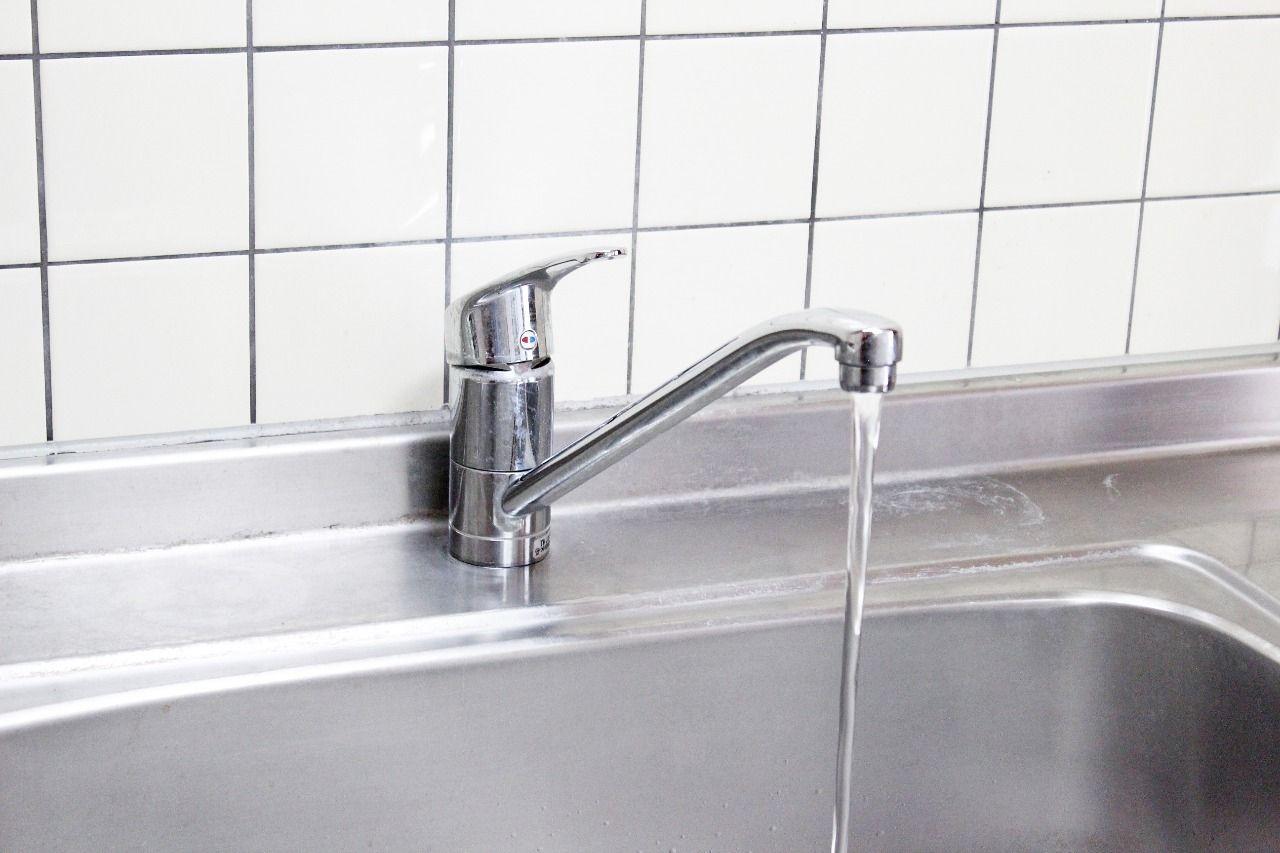 流し台には温度調整のしやすいシングルレバー水栓が付いています。