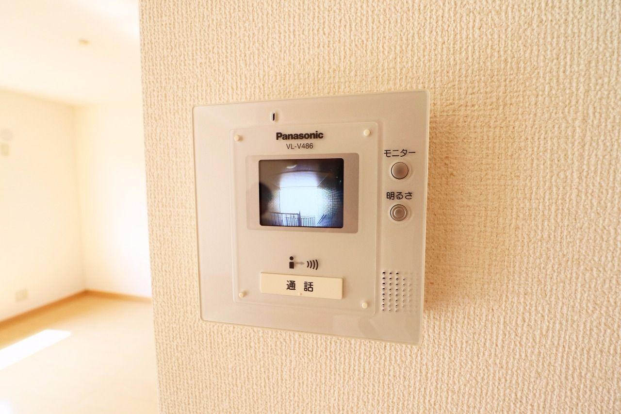 室内にいながら来訪者を確認できるモニターホン。防犯にも役立ち、女性の方や、お子様のお留守番のときに助かります。