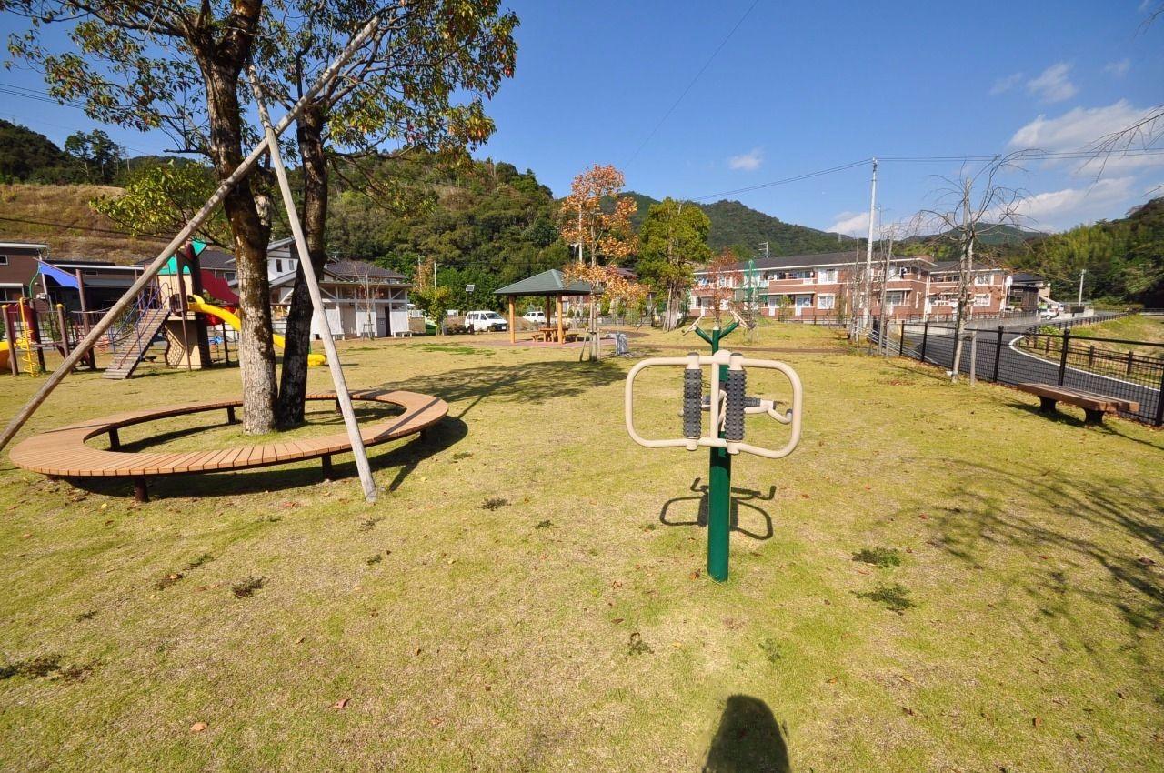 近所に広くて綺麗な公園があります。天気のいい日はお子様と一緒に遊んであげられます。