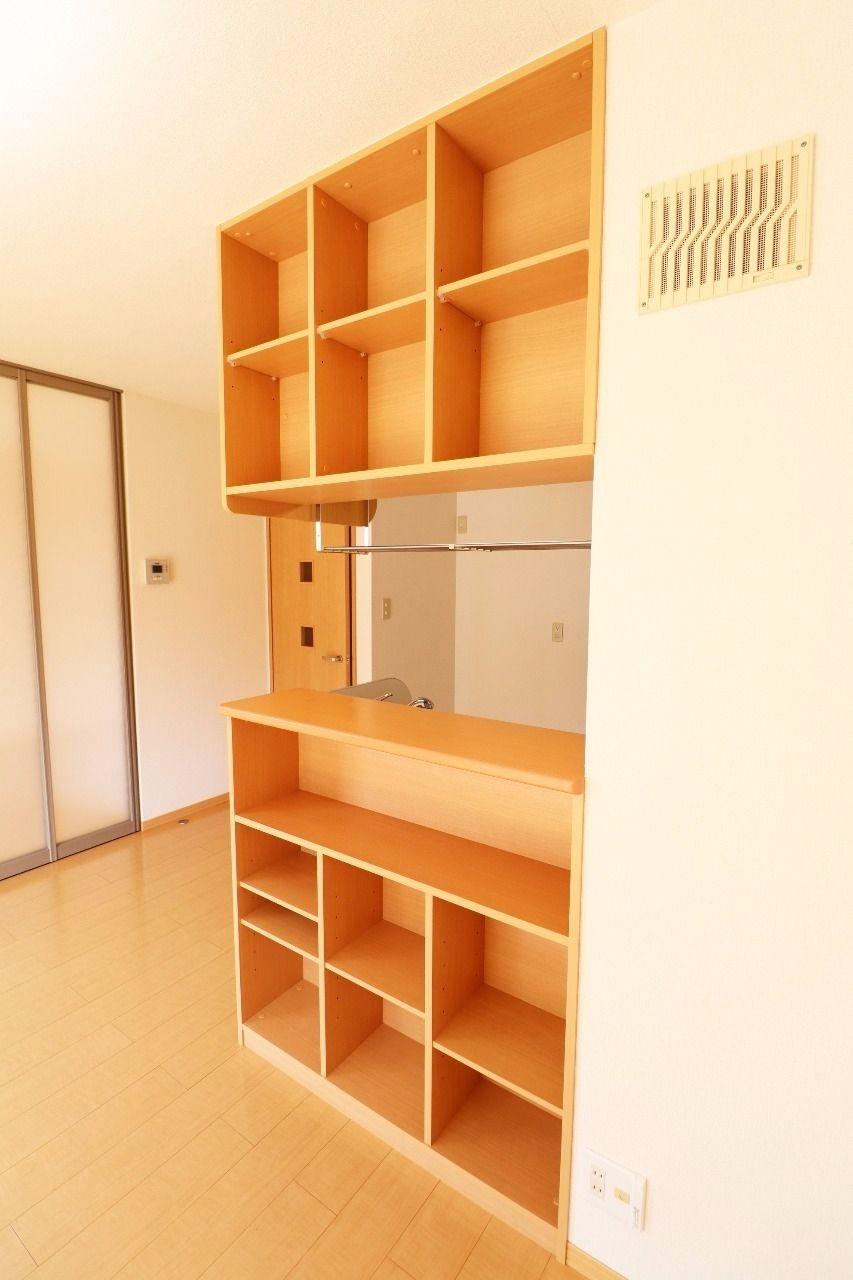 カウンターキッチンのLDK側には棚が付いていて、小物や本などが置けます。人気の設備がワンランクアップしています。