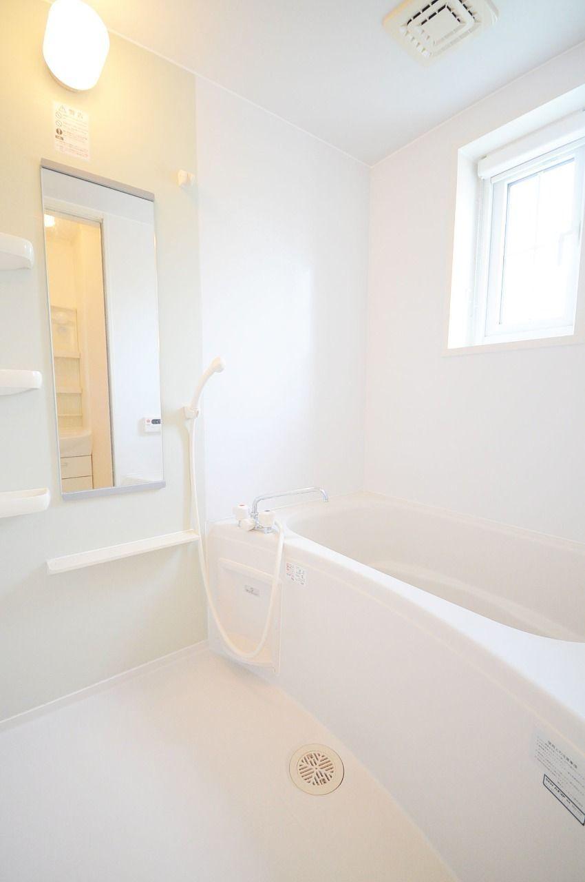 窓があって、追炊き・自動湯張りができる明るいお風呂です。