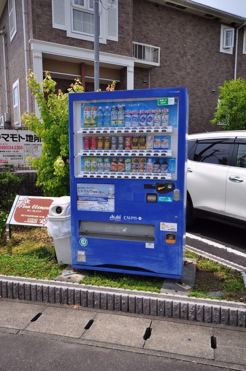 敷地のすみに自販機、いつでもジュースの飲める生活。