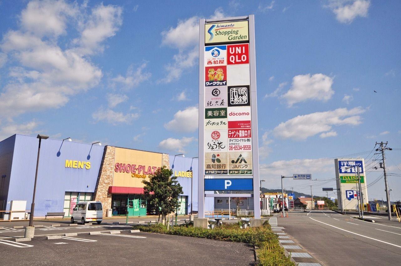 バルコニーから見える四万十ショッピングガーデン。西松屋・ユニクロなど便利な施設がいっぱいです。
