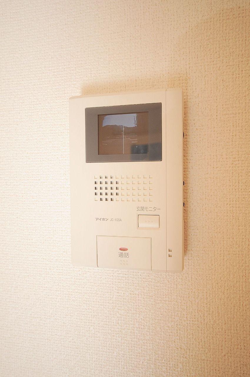 来訪者をカラーの映像で確認できます。セールスの押しが苦手って方に安心の設備です。