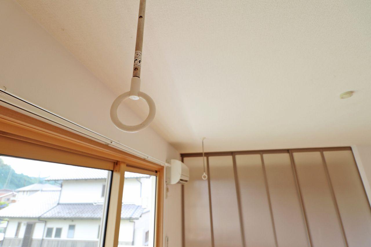 夕方に洗濯物を取り込めない方に嬉しい室内物干し。窓際にあるので太陽もしっかり当たります。