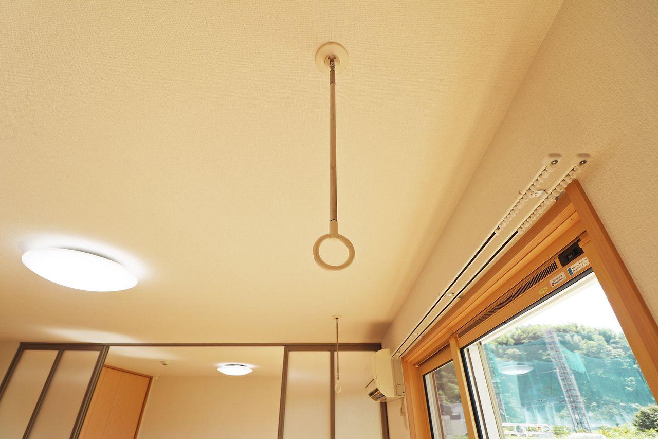 雨の日や風の強い日に役だつ室内物干し。花粉の多い時期にも重宝しますよ。
