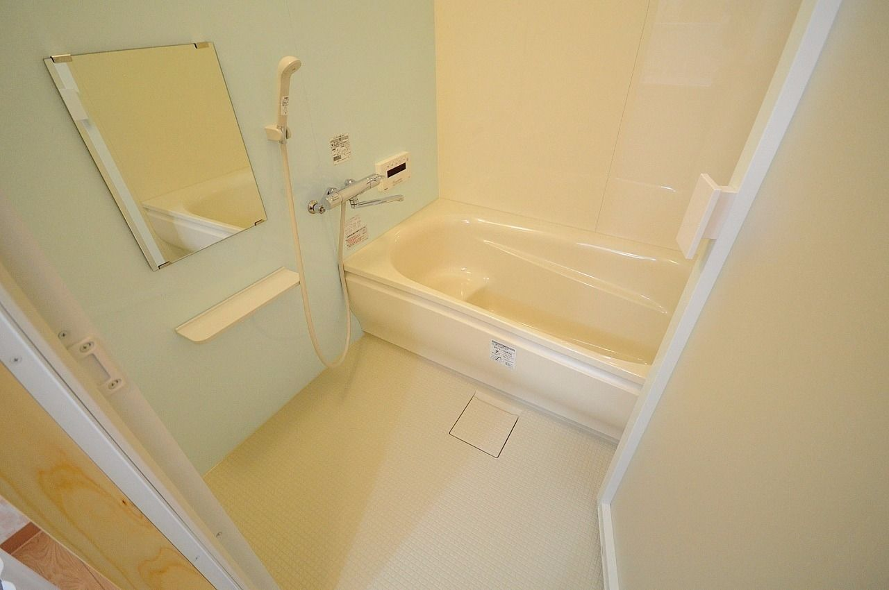 足を伸ばして浸かれる広々とした浴槽。追焚機能と浴室乾燥機付き!水栓は温度調節が楽なサーモスタット水栓です。