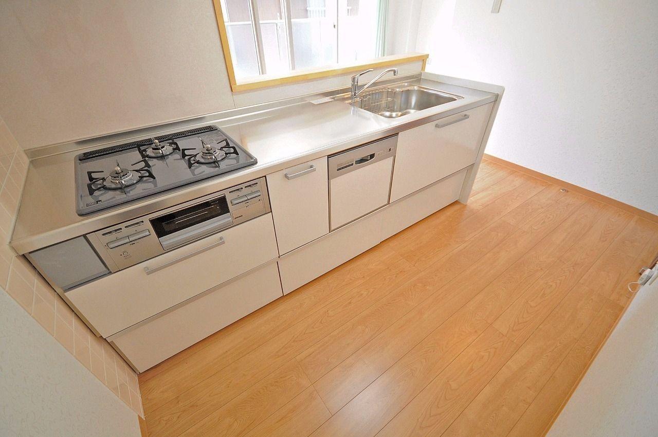 3口ガスコンロ付きのシステムキッチン。収納も多く、食洗機まで付いています。