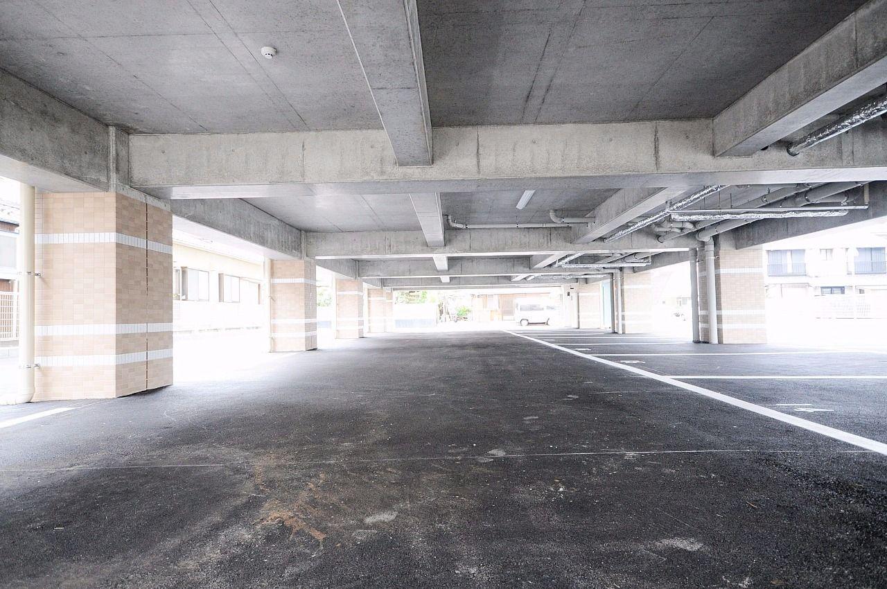 1階部分が駐車場。大切な車が雨ざらしにならず、雨の日の乗り降りが楽になります。