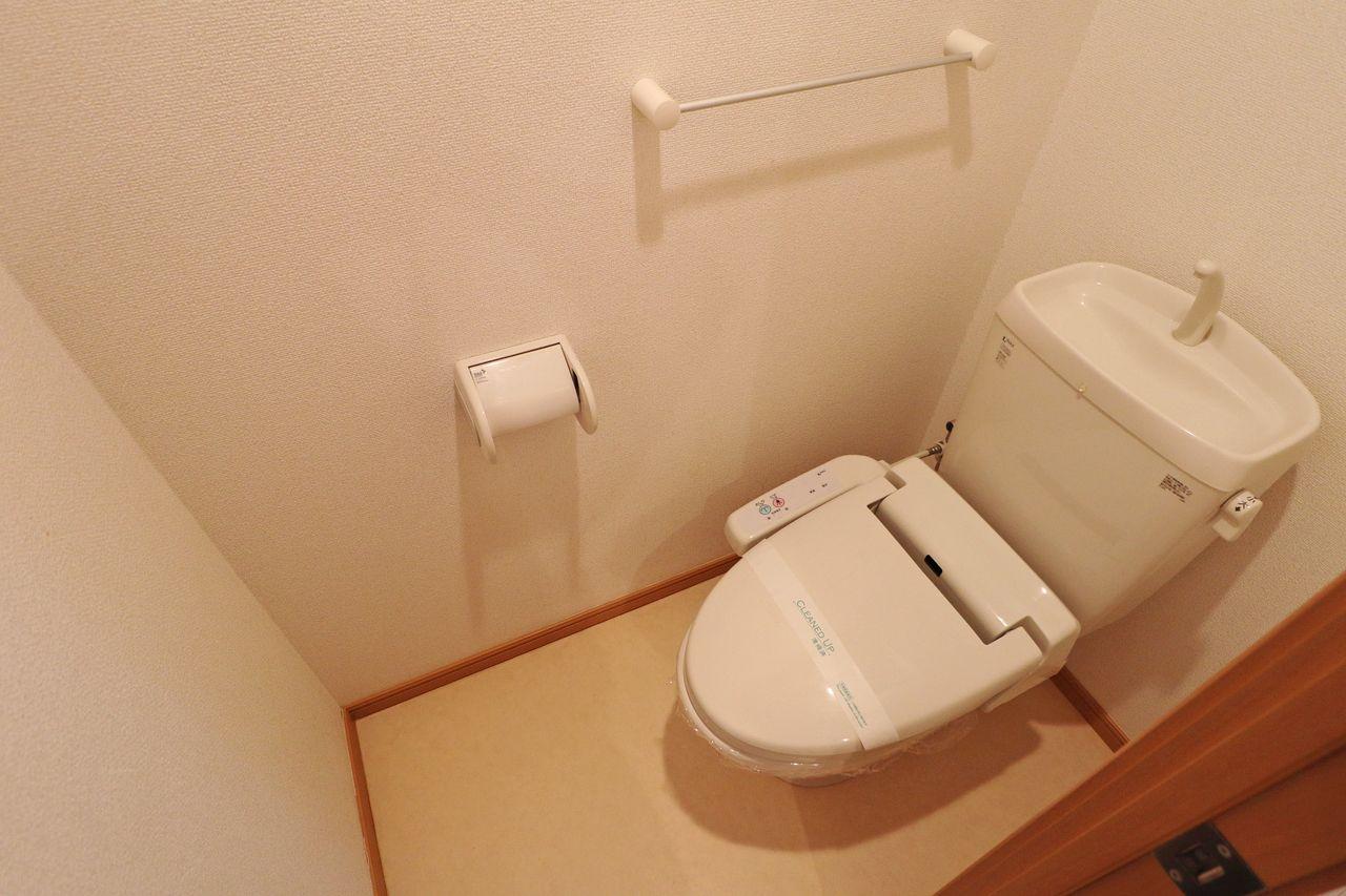 人気の設備、ウォシュレット付きのトイレです。備え付けの棚も付いています。