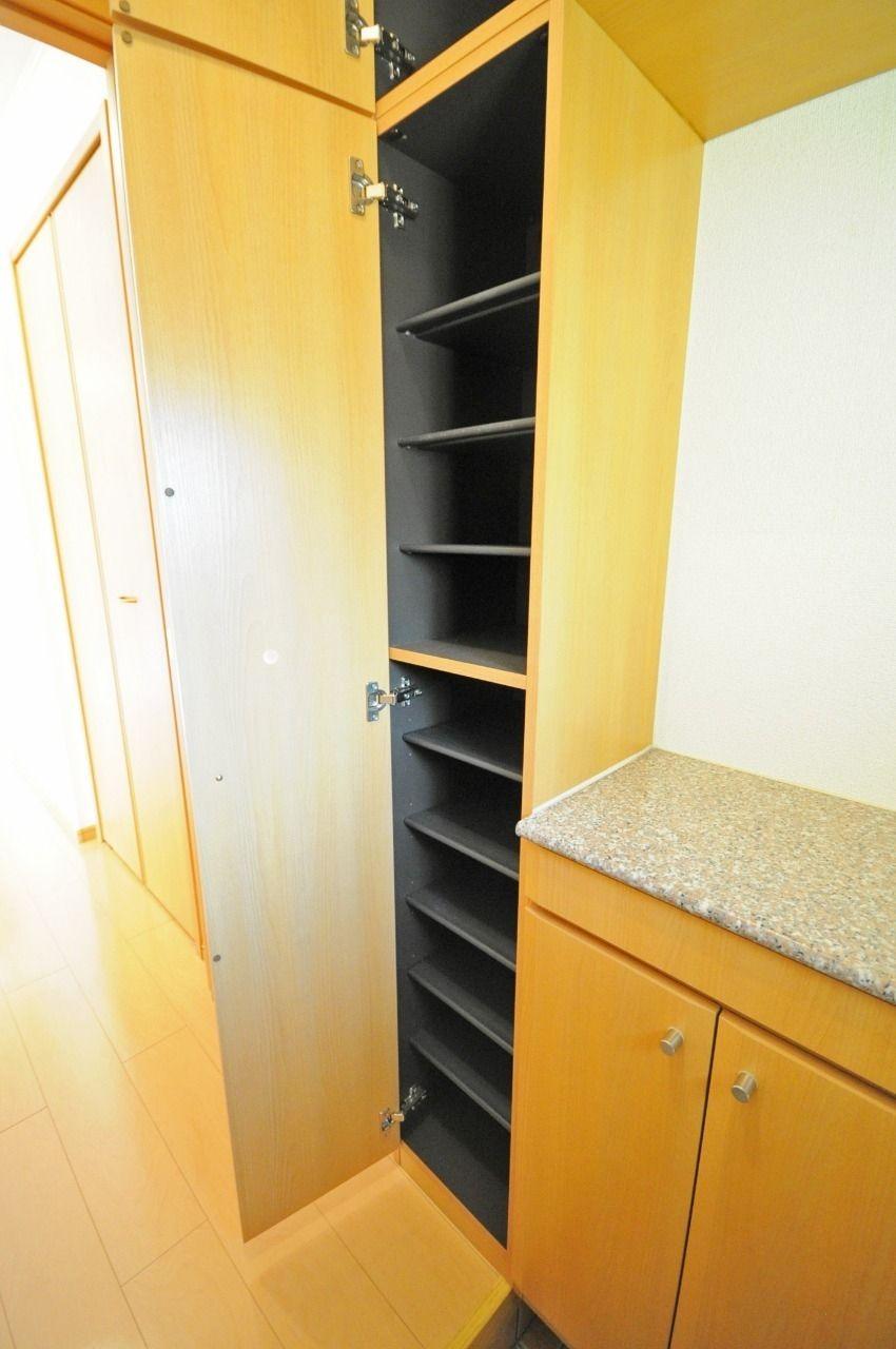 大きな下駄箱があります。たくさんの靴が収納できて、玄関もスッキリします。棚部分には鍵や小物が置けます。