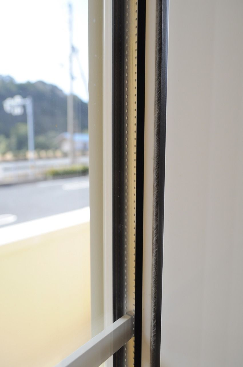 外気の影響を受けづらいペアガラスを採用しています。夏・冬の冷暖房の効率を上げてくれて、節約にもなります。