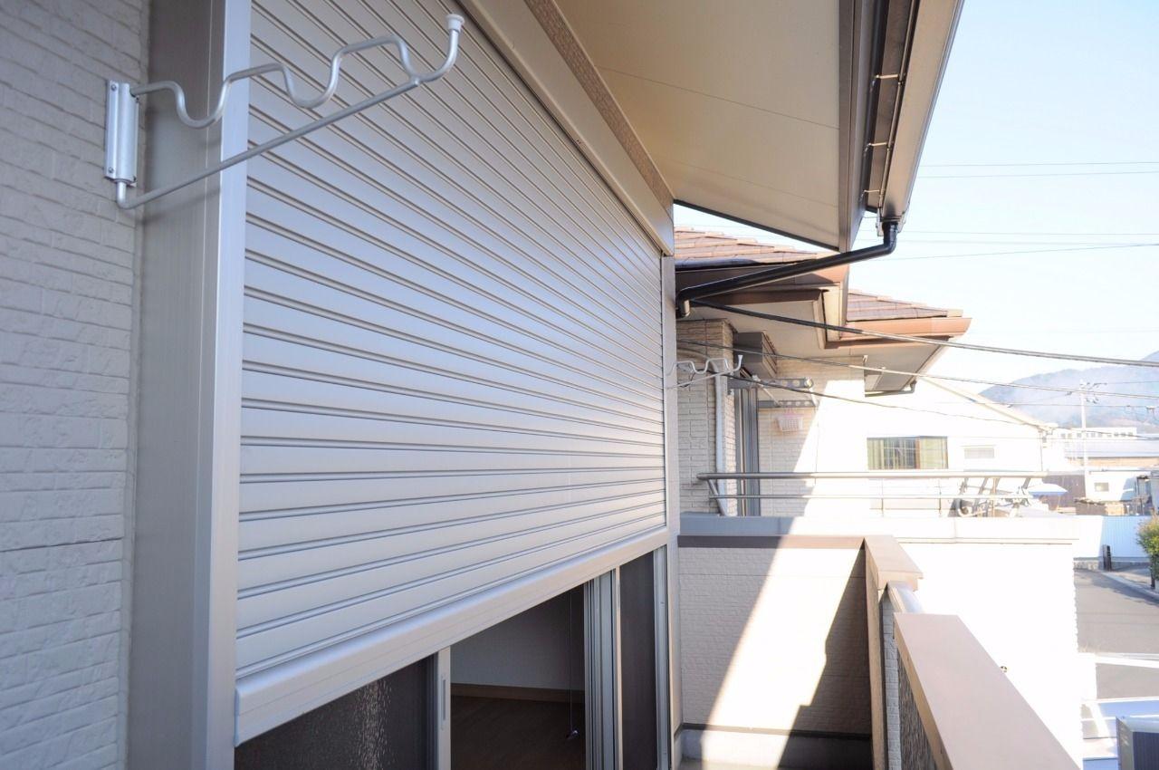 台風や大雨の時、強風や飛来物から窓を守ってくれます。遮熱するので留守中に閉めておくと室内温度の変動を避ける事ができます。遮光の効果もあり、畳焼けの防止にも!