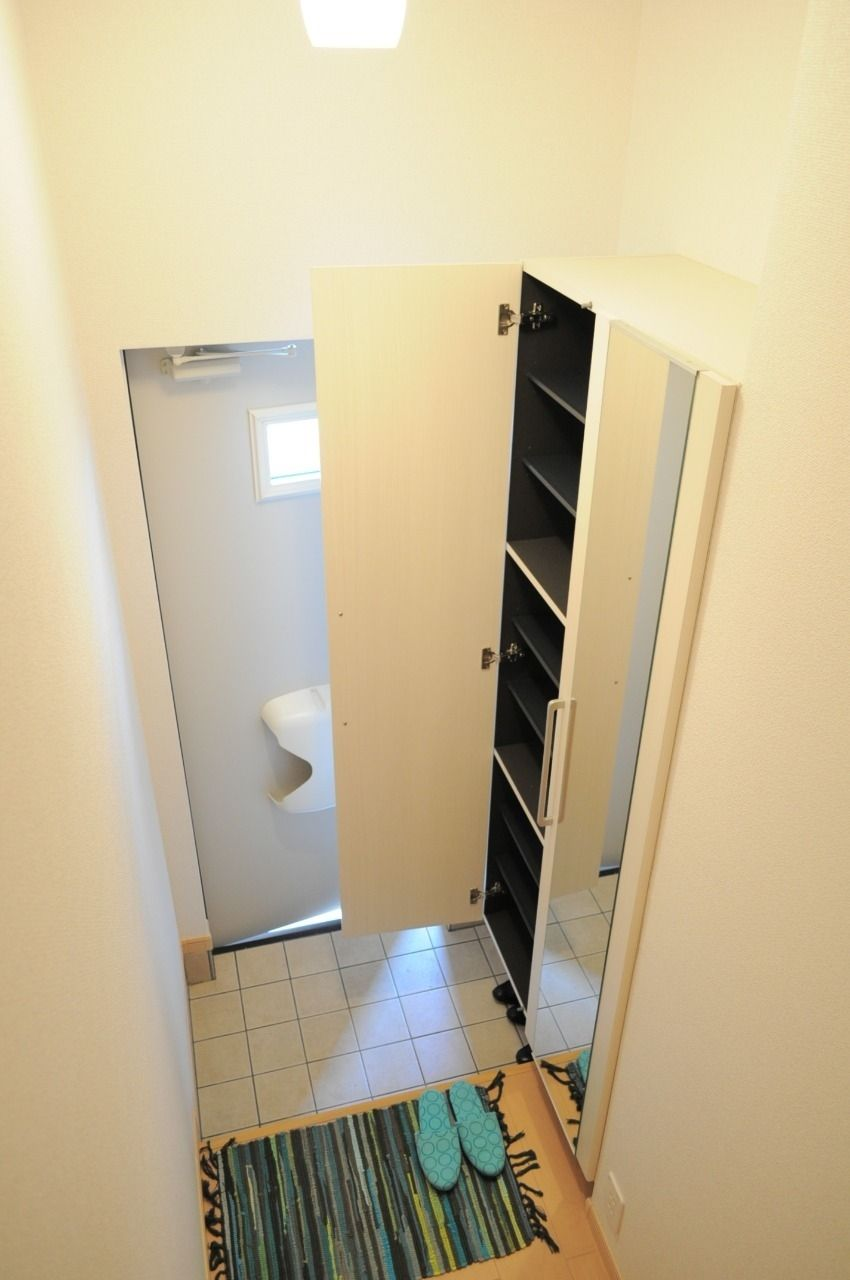 玄関には大きな下駄箱があります。姿見鏡も付いていて、身だしなみチェックもできます。