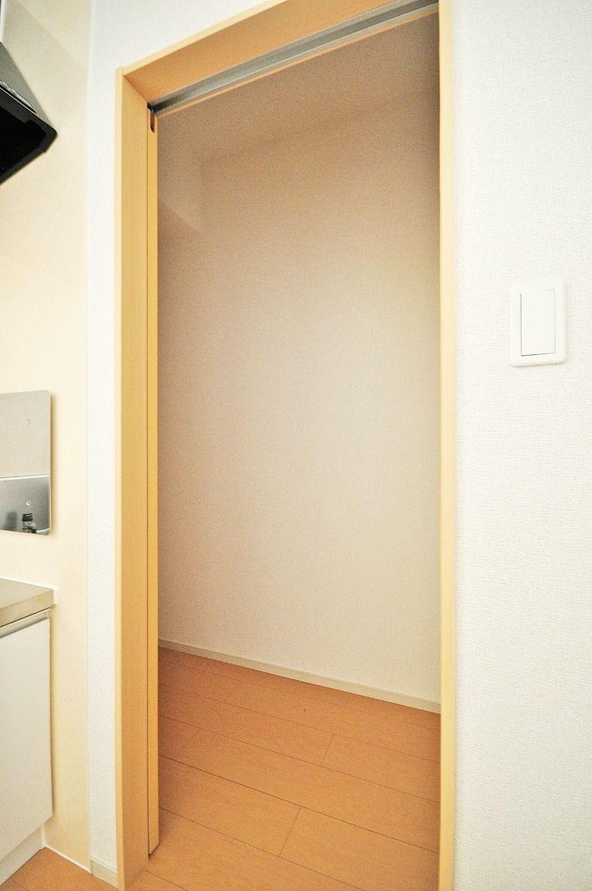 キッチン横にはパントリーがあります。キッチン用品や予備の調味料などを保管できます。