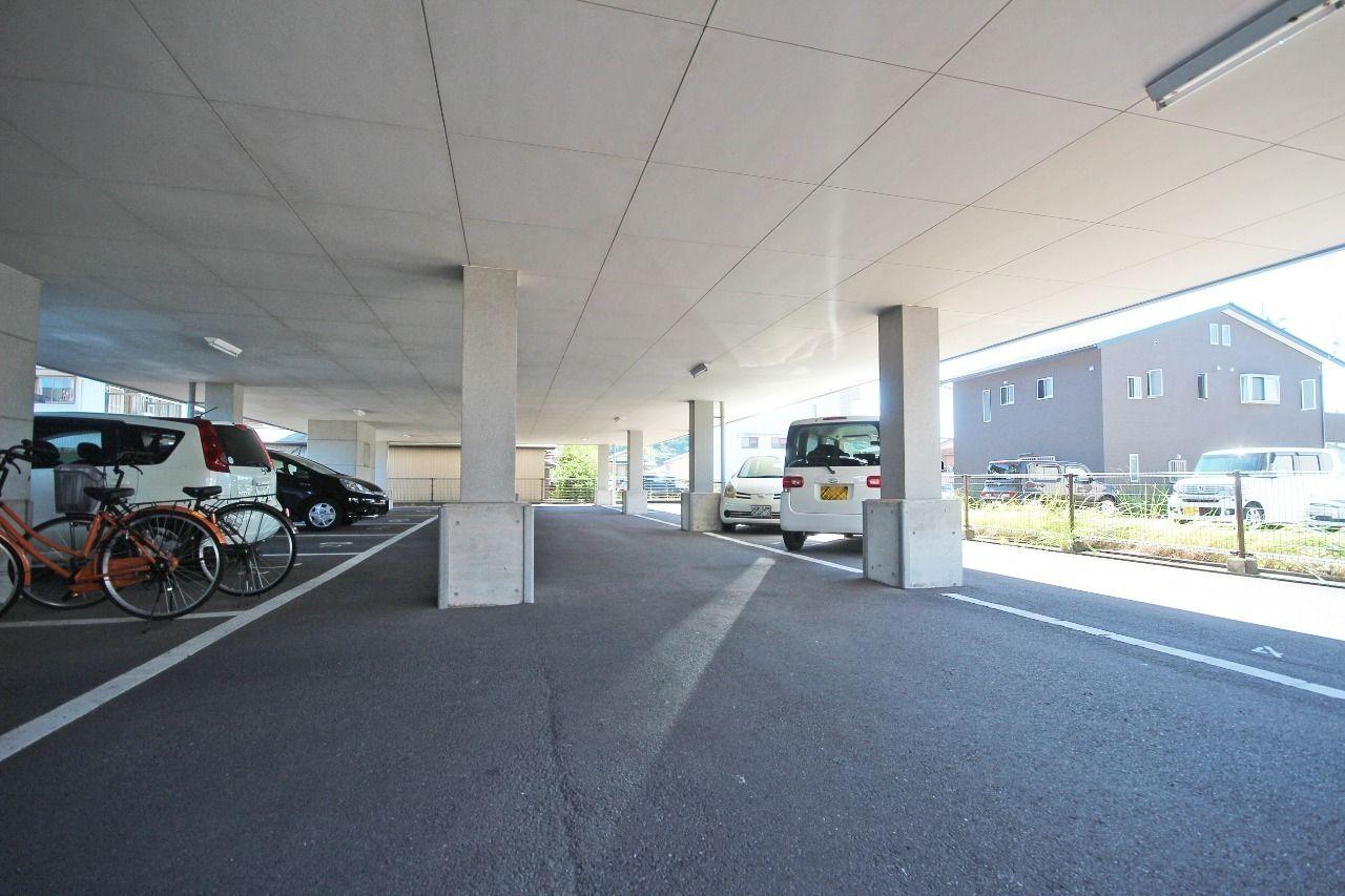 1階部分がすべて駐車場になっています。大切な車が雨ざらしになりません。また、雨の日に濡れずに出入りできます。