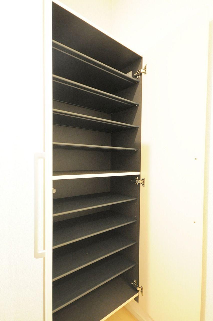 姿見鏡が付いた大きめの下駄箱です。収納力に優れているので、たくさんの靴を収納できます。