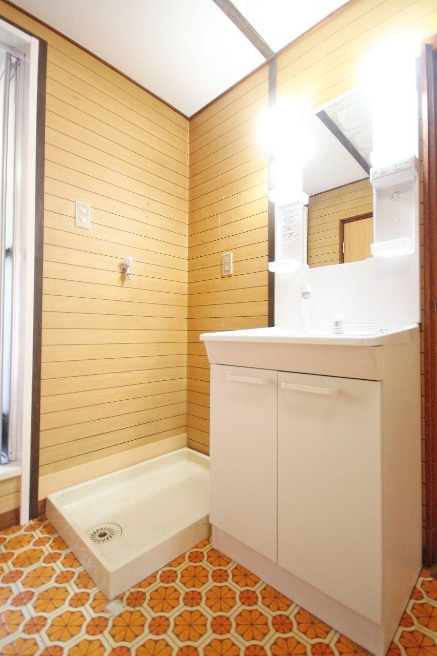 シャンプードレッサー付きの洗面台と、室内に洗濯機置場があります。