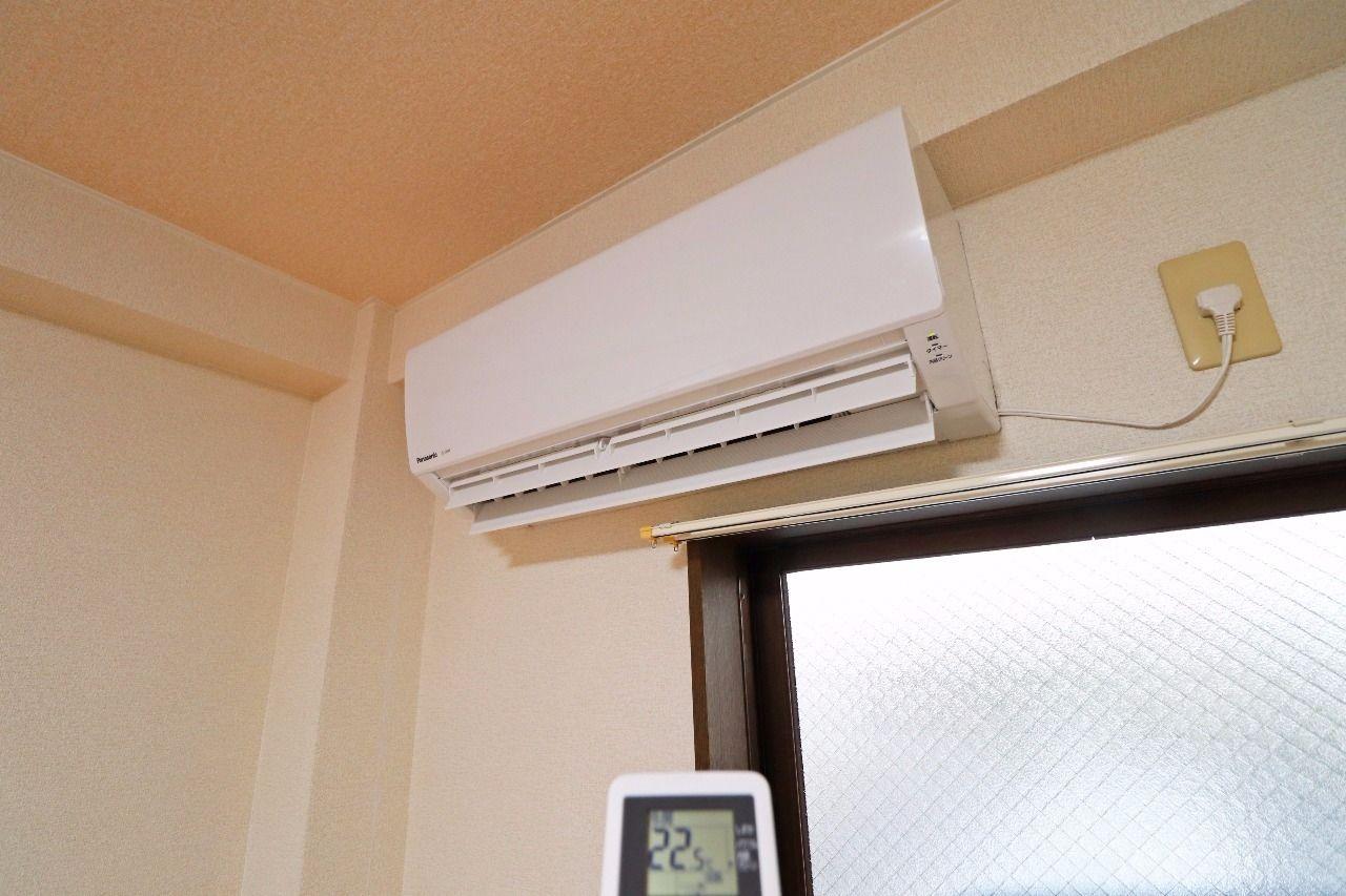 洋室にエアコンが付いています。隣のキッチンの空調管理も一緒に行えると思います。