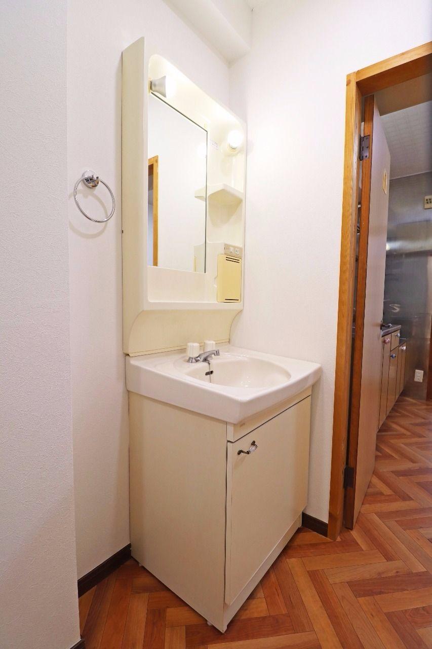 独立した洗面台があります。水回りはまとまっていて使い勝手が良さそう!