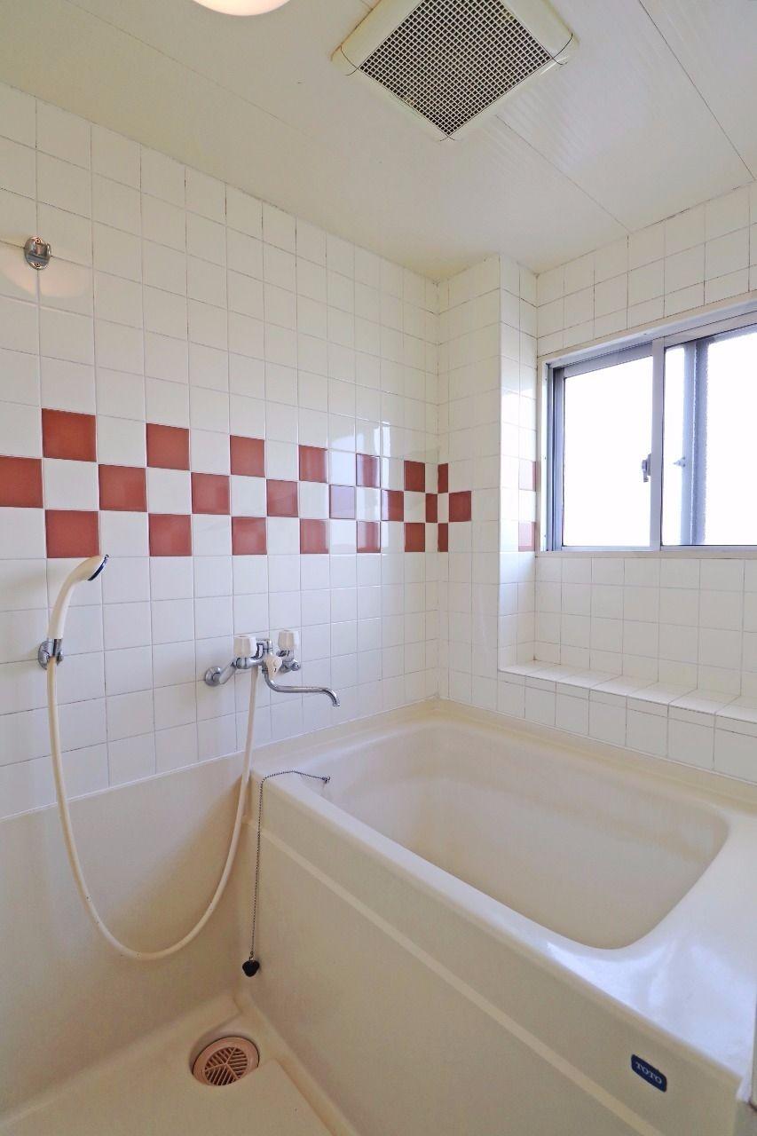 タイルのパターンが可愛いお風呂。これだけでお風呂がグッと明るい印象になりますね。