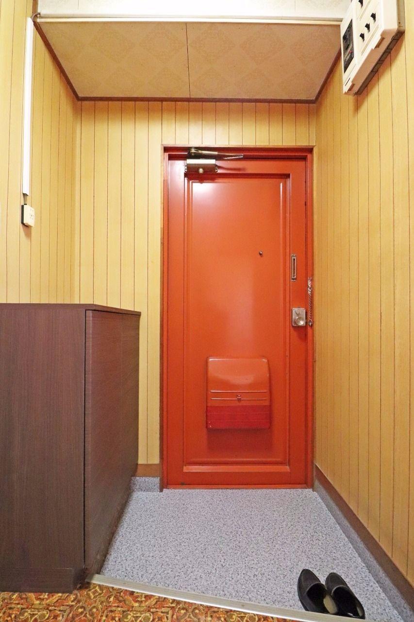 玄関ドアの色、下駄箱、そして床の色すべてがいい感じにレトロな雰囲気を出していて、とってもキュートです!